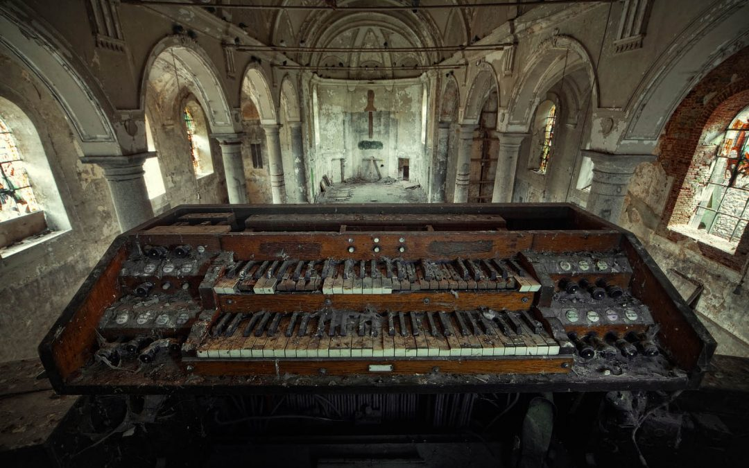 30 Incredible Pictures from Inside Beautiful Abandoned Churches